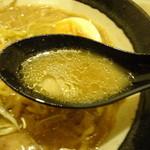 麺屋 マルニ - 味噌ラーメンスープアップ