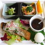 マーガレット - 市場直送おさかなグリル:黒鯛のグリル/サラダ/浅漬け/オレンジ