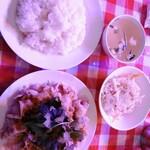 タイ屋台メシ モンティ 13 - ムー マナォ 770円 山盛りキャベツに豚肉と辛酸っぱいソース