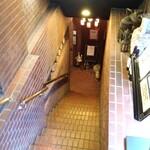 DANTE - お店への階段。
