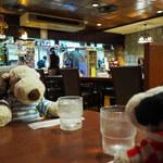 144053891 - だからレトロ喫茶好きとしては、                       機会があったら来てみたかったんだよね~                       店内はちょっと暗めだけど温かみのある照明がいい感じだね。                                              ちびつぬ「とっても落ち着くわね~」