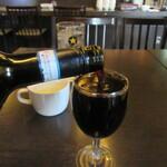 アキタカ - ワインが注がれる