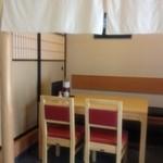 蛇之目寿司 - テーブル席と小上がりの座敷