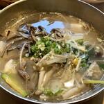 プロカンジャンケジャン - 野菜スープ・セット(ご飯付) 野菜スープとなっていますが、海老やイカに浅利も入り食べ応えがあります。 ご飯をスープに浸していただくと美味しくて、ヘルシーなランチです♪
