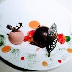 レストランKEI - オレンジ香るフランス産チョコレートのムース 三河産苺のアイスクリーム