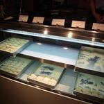 西冨家コロッケ店 - コロッケ販売コーナー(ちと写真写り暗いけど)