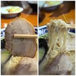 hakatara-menshinshin - *チャーシューは柔らかく下味が浸みていて美味しい。 *麺は細麺。博多民ではないので、麺はどちらも「普通」で。でも食べ進めるうちに柔らかくなったので、少し硬めの方がよかったかもしれません。