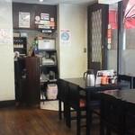 とんかつ 吉兆 - 店内は、テーブルとカウンターがあります。