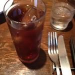 ピアット - ピアットのウーロン茶とナイフフォーク