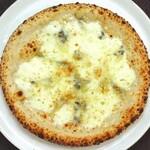 クワトロ フォルマッジ(ゴルゴンゾーラチーズ、タレッジョチーズ、モッツァレラ、パルミジャーノ)