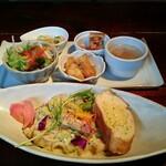 倉庫 - ベーコンとアボカドのカルボナーラ・副菜のプレート(4品とスープ)