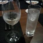 DINNING BAR NOMDOS - 日本酒はこんな風に、チェイサーと一緒に出されます