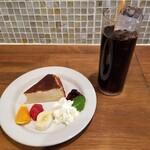 144151015 - バスク風チーズケーキとアイスコーヒー