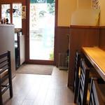 菊丸 - カフェ風のこじんまりした店内。