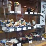 菊丸 - お店のショーケースです。美味しそうな甘味がいっぱい!