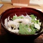 ごはんや一芯 - しらすと野菜のサラダ。味のイメージは見た目通りだけど、ちゃんとおいしい。