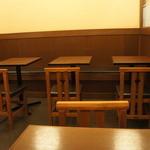 浅草 いづ美 - 2人掛けのテーブルが8つほどあります。