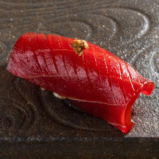 こだわりの赤酢のシャリと上質なネタが口福をもたらします