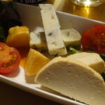 アトリエ・ド・フロマージュ - 店員さん1つ1つ示してチーズ説明してくれます・