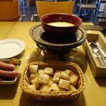 アトリエ・ド・フロマージュ - 自家製硬質チーズのフォンデュ&イタリア産白トリュフオリーブオイル(パン付)1人前¥1680