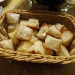 アトリエ・ド・フロマージュ - 付いてくるパンこれで満足な量