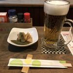 鳥辰 - お通しの煮物と生ビール