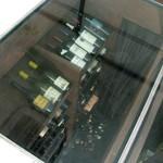 祗園245 - 地下のワインセラーが透けて見える