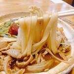 もつ煮込みうどん 和久 - 麺は細め。きしめんに近い。