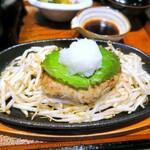 ginsharitokyuushuuumaimonnomisekuroan - ハンバーグの上に大葉と大根おろしがトッピング