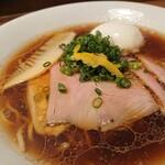 麺屋福丸 - 彩りが美しい盛り付けとクリアなスープ。