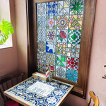 Bisutoro musuketon - 素敵すぎるステンドグラスの窓             と             タイルが敷きつめられたテーブル♡♡ᵕ̈*⑅