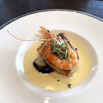 144247882 - 鮮魚と天使海老のポワレ コキャージュ・サフランクリームソース                       この日の鮮魚は真鯛