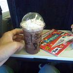 スターバックス・コーヒー - ダークモカチップフラペチーノのショート(\450)と指をくわえて眺めるチビ
