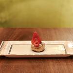 ラウンジ シーウインド - チョコレートスフレ@じゅんわりとした甘いチョコチーズのスフレに甘酸っぱいイチゴがオン
