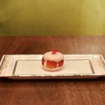 ラウンジ シーウインド - ストロベリーマカロン@ねっちりとした食感のマカロン。いちごコンフィチュールと苺、生クリーム