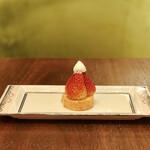 ラウンジ シーウインド - ストロベリーロールケーキ@ロールケーキにたっぷりの生クリームといちご