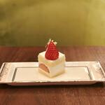 ラウンジ シーウインド - ストロベリーショートケーキ@ふわふわジェノワーズの王道ショートケーキ