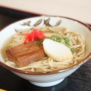 当店ならではの調理法で作る沖縄そばを、ぜひお試しください!