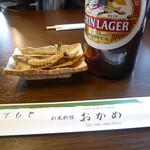 和風料理おかめ - ビール大瓶とウナギの骨の揚げたの(おいしい)