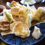 和風料理おかめ - あち:揚げたて美味しい^^けどメインの海老天、おいしいけど衣がちょこっとべにゃっとしてたとこがあったかな~?