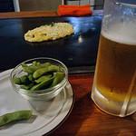 14427381 - 生ビールとのセットメニューで、1400円。生ビール中ジョッキ、枝豆と一品、焼きそば又はお好み焼き。一人で夕飯に行ったのですが、ちょうど良いセットだなぁ…と感心。