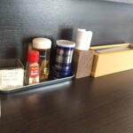 中華蕎麦 こばや - 料理写真:カウンター席上の調味料他達❗️