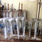 枚方凍氷 - 席の間近に並んだ氷柱・・・涼し!