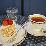 144292820 - ショートケーキと紅茶