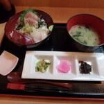 鱗介領 信海 食事処 - 本日 おまかせ海鮮丼¥1,045
