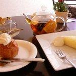 cafe Bouquet - オレンジのフルーツティは生のフルーツがそのまま入っています。ケーキはタルトと焼きりんごです。