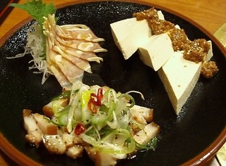 竹富屋 築地店 - 沖縄前菜盛合せ:瓦樹丸特製ねぎ塩チャーシュー、肉味噌島豆腐、ミミガーベーコン