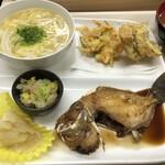 六ツ美食堂 - ギマの煮付けにかき玉うどんに野菜かき揚げに魚天ぷらに白菜の惣菜。