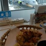 ビューレストラン スカイライン - 飛行機と、とり天!熱々に、お塩を付けていただくのが美味しいです