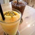 ミルクホール イラミナ - パッションフルーツのスムージーとアイスコーヒー
